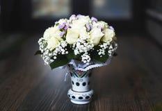 Vase mit einem Blumenstrauß von feinen Blumen für Hochzeitszeremonie Stockbild