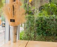 Vase mit Eisen und zehn Nr. auf dem Tisch gemacht von hölzernem, Weinleseart in den Kaffeestuben Lizenzfreies Stockbild