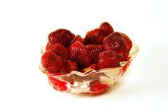 Vase mit Erdbeeren auf einem weißen Hintergrund Stockfotografie