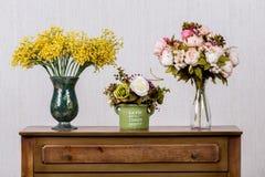 Vase mit flovers auf Aufbereiter in Haupt-inrerrior Nahaufnahme lizenzfreies stockfoto