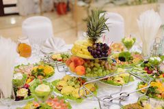 Vase mit Früchten Stockbilder