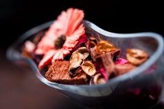 Vase mit gefärbten Blumen Lizenzfreies Stockfoto