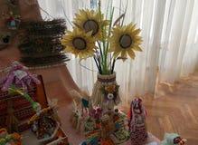 Vase mit Sonnenblumen und anderen Handwerkkünsten lizenzfreies stockfoto