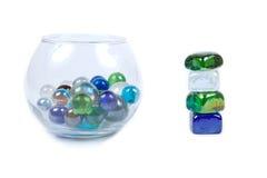 Vase mit Steinen und balancierendem Stein Lizenzfreie Stockfotos