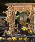 Vase mit trockenen Blättern, Apfel und Kerzen auf dem Rausschmiß Stockbilder