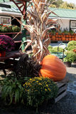 Vase mit trockenen Blättern, Apfel und Kerzen auf dem Rausschmiß Lizenzfreie Stockfotografie