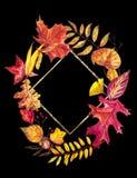 Vase mit trockenen Blättern, Apfel und Kerzen auf dem Rausschmiß Kranz gemacht von den Herbstbeeren und -blättern auf weißem Hint Lizenzfreies Stockfoto