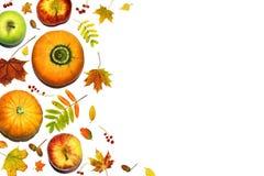 Vase mit trockenen Blättern, Apfel und Kerzen auf dem Rausschmiß Saisonobst und gemüse mit Fallblättern, Beeren und Eicheln Herbs Stockfoto