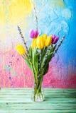 Vase mit Tulpen und Pussyweide Lizenzfreies Stockfoto