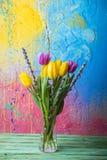 Vase mit Tulpen und Pussyweide Stockfotografie