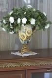 Vase mit weißen Blumen. Stockbild