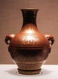 vase Rougeâtre-pourpre-vitré décoré d'un vautour tenant une boucle dans le bec images stock
