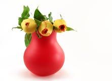 Vase rouge avec des roses Image stock