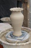 Vase sur la roue du ` s de potier Photographie stock