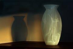 Vase und Schatten am Sonnenuntergang Lizenzfreie Stockbilder