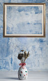 Vase von Trockenblumen und von leerem Rahmen Stockbild