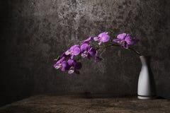 Vase weiße Blumen mit purpurroten Orchideen Stockbilder