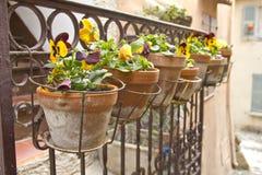 Vasen auf einem Balkon Lizenzfreies Stockfoto