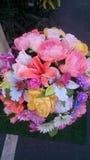 Vasen av fejkar blommor Arkivbilder