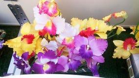 Vasen av fejkar blommor Royaltyfria Foton