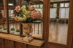 Vasen dekorerade med blommor på hylla i en gammal byggnad, på Bryssel Arkivbild