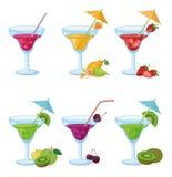 Vasen und Glas Saft, Früchte, Beeren Stockbild