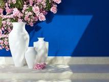 Vasen vor blauer Wand Stockfotos