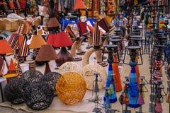 Vaser och hantverket anmärker på en marknad i Nairobi, Kenya arkivbild