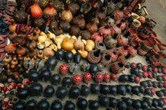 Vaser och hantverket anmärker på en marknad i Nairobi, Kenya royaltyfri foto