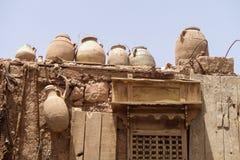 Vases à argile sur un toit de maison Images libres de droits