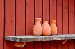 Vases à poterie sur l'étagère. Photo libre de droits