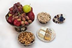 Vases avec le fruit, les biscuits et les noix Photo stock