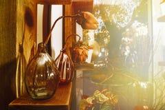 Vases avec les fleurs sèches à l'intérieur d'un fleuriste Photos stock