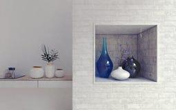 Vases d'une manière ordonnée disposés sur les étagères en pierre Photos stock