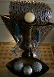 Vases et bougies dans un affichage de pièce maîtresse photographie stock
