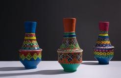 Vases handcrafted colorés à poterie avec l'ombre dure photographie stock libre de droits