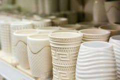 Vases vides à porcelaine dans le supermarché images stock