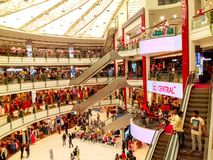 Vashi central galleria, Navi mumbai, Maharshtra, Indien, 7th November 2018: galleriasikt från sida med lotten av folk lite varsta fotografering för bildbyråer