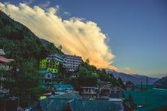 Vashishtdorp op bergen de achtergrond van Himalayan en blauwe hemel met wolken in zonsondergangtijd Royalty-vrije Stock Foto