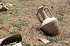 Vasi antichi in terra Immagine Stock