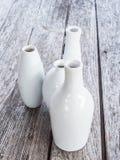 Vasi bianchi su fondo di legno Immagini Stock Libere da Diritti