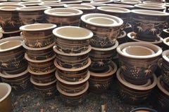Vasi ceramici decorati della pianta - Brown Fotografia Stock Libera da Diritti