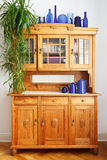 Vasi d'annata dell'armadietto della cucina del pino Fotografia Stock