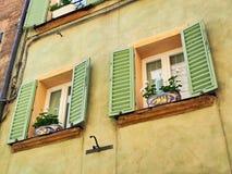 Vasi da fiori Colourful in Pale Green Shuttered Windows, Siena, Italia immagine stock