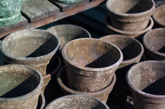 Vasi da fiori d'annata dell'argilla sullo scaffale di legno Fotografia Stock Libera da Diritti