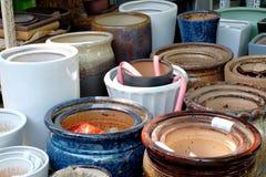 Vasi della porcellana nelle file fotografie stock
