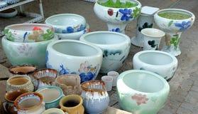 Vasi della porcellana nelle file fotografia stock libera da diritti
