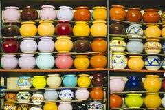 Vasi di argilla colorati fatti a mano Fotografie Stock Libere da Diritti
