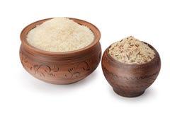 Vasi di argilla con riso su fondo bianco Fotografie Stock Libere da Diritti