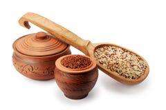 Vasi di argilla, cucchiaio di legno e zizzania Immagini Stock